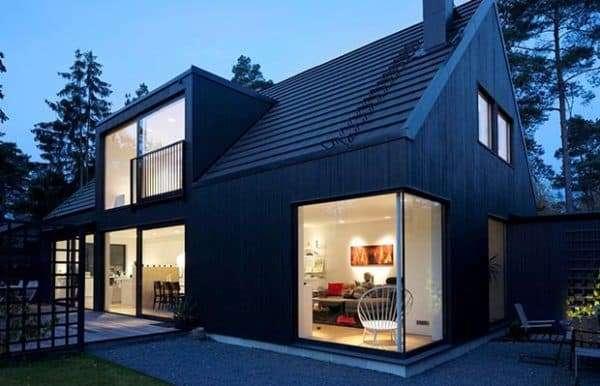 Дом с большими окнами в скандинавском стиле