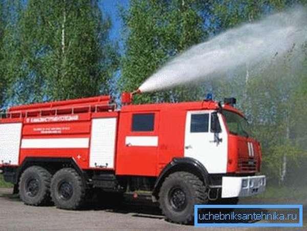 Автомобиль, оснащённый оборудованием для тушения пожаров