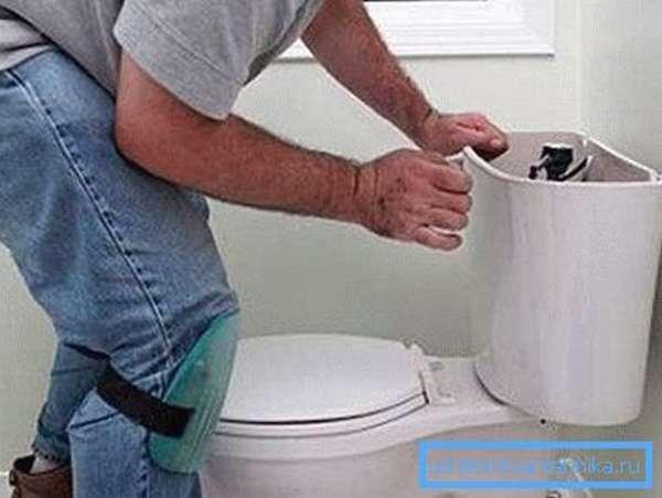 Бачок следует фиксировать только с помощью специальных креплений, которые должны идти в комплекте с прибором