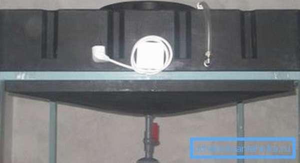 Бак из пластика со встроенными нагревательными тэнами.