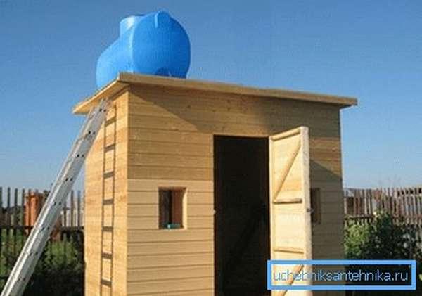 Бак на крыше обеспечит вас теплой водой в летний период