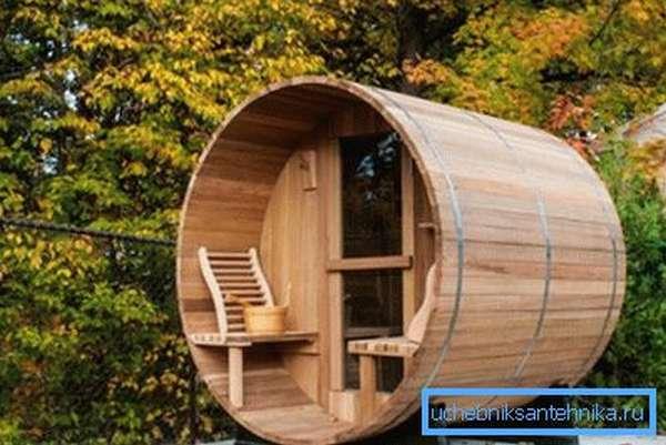 Баня-бочка с душем – вариант для небольшого участка.
