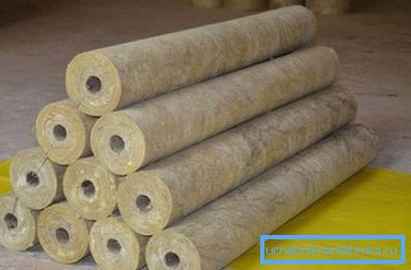 Базальтовая вата чаще всего применяется в виде готовых цилиндров.