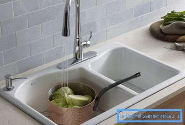 Белая мойка для кухни из композита