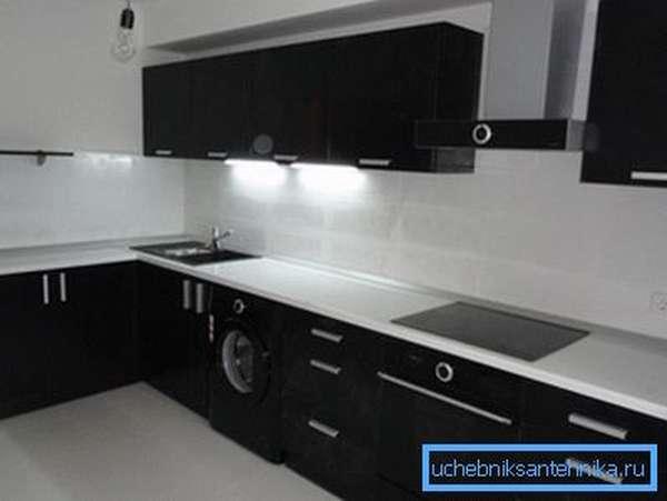Белая столешница и черная мойка в современном кухонном интерьере