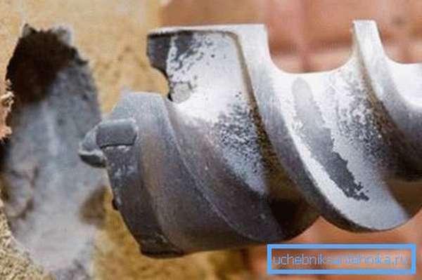 Бетонные стены лучше сверлить специальным буром или алмазным инструментом.