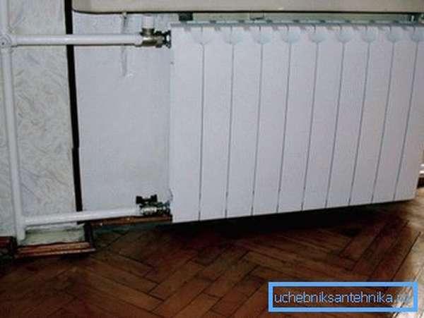 Биметаллическая батарея в интерьере типовой квартиры
