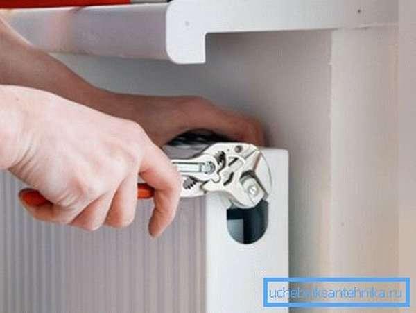 Биметаллические радиаторы отопления с нижним подключением устанавливают при подпольной или плинтусной разводке труб.
