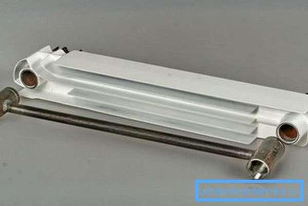 Биметаллический радиатор имеет стальной сердечник и алюминиевый корпус сверху.