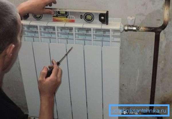 Биметаллический радиатор на фото смонтирован на стальную подводку.