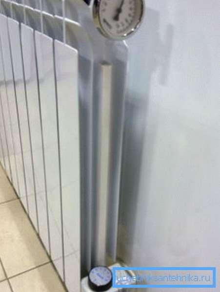 Биметаллический радиатор с электрическим нагревающим элементом