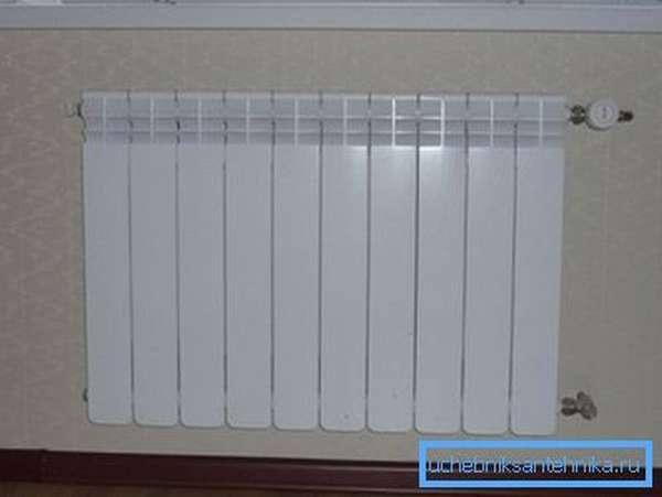 Биметаллический радиатор внешне ничем не отличается от алюминиевого, а внутри него расположен каркас из стальных трубок.