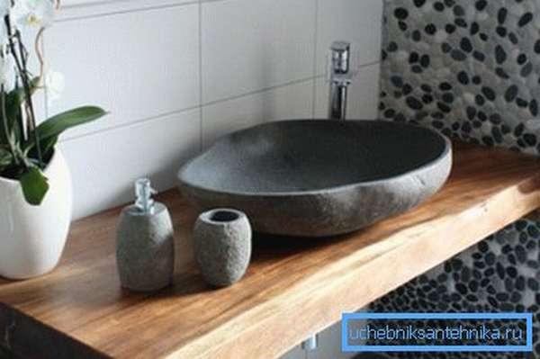 Благородное сочетание материалов из массива дерева и натурального камня.