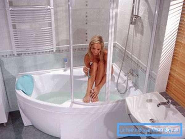 Большая душевая кабина с глубоким поддоном 120х80 см почти заменяет ванну