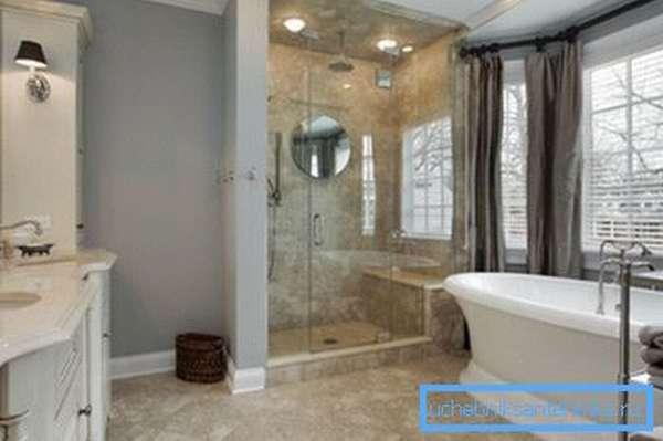 Большая ванная комната с душевой и стандартной ванной