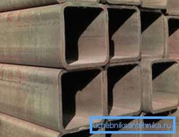 Большинство изделий подобного типа имеет угловой радиус, что позволяет им переносить большие боковые нагрузки и придает определенный внешний вид