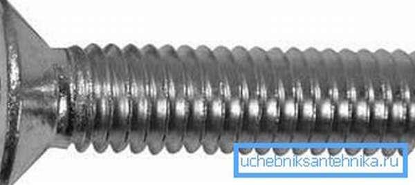 Болт лучше использовать короткий – длины резьбы должно хватить только на прохождение стенки батареи
