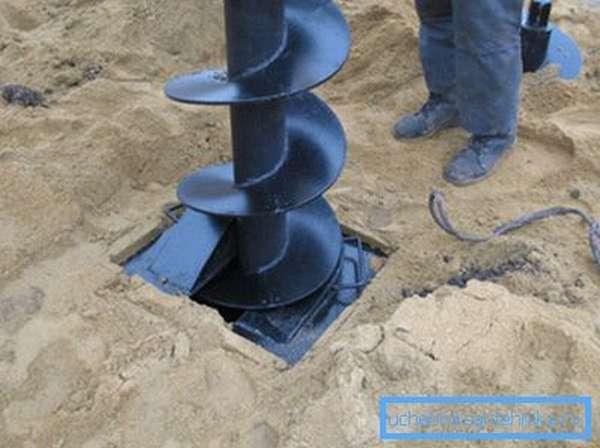 Бурение скважины на песок с помощью шнека