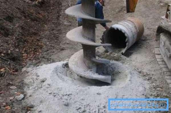Бурильная установка проходит 20 метров грунта несколько часов. Увы, возможность привлечь технику есть далеко не всегда.
