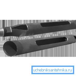 Буровой стакан делают из отрезка трубы с продольным прорезом и грузом.
