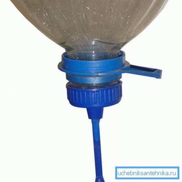 Бутыль можно оснастить заводским дозатором.