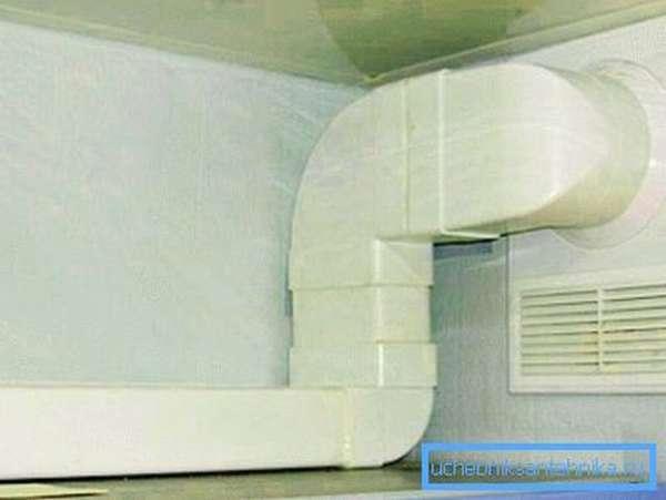 Бытовая вентиляция из ПВХ труб на кухне
