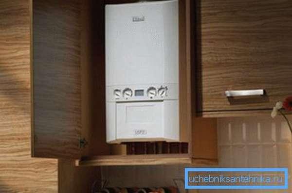 Бытовой газовый котел прекрасно помещается на кухне и не требует выделения отдельного помещения
