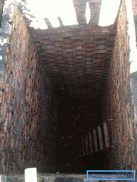Часть выгребной ямы выполнена кладкой ячейками