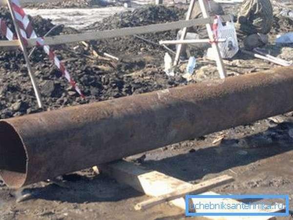 Часто причиной ремонта или ликвидации конструкции становятся сгнившие обсадные трубы.