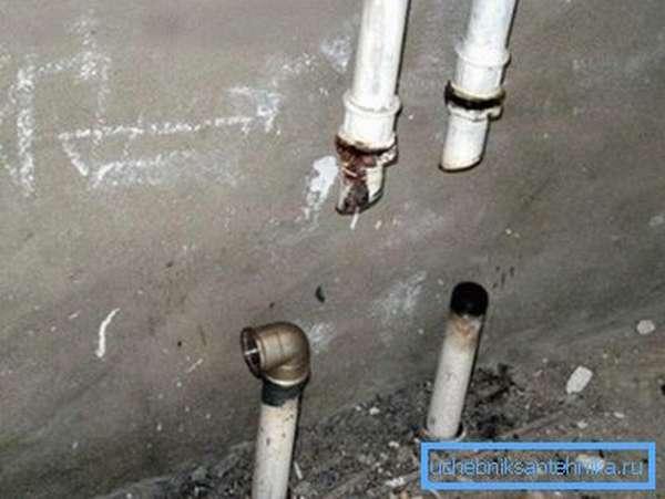 Чтобы отрезать от отопления верхний этаж, достаточно обрезать стояки и поставить между ними перемычку.
