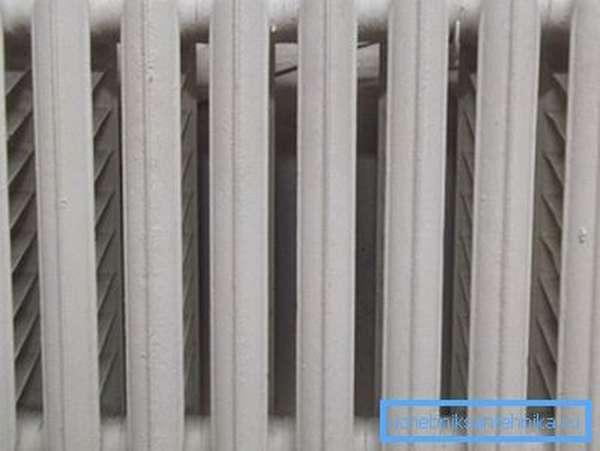 Чтобы посчитать, сколько воды в чугунном радиаторе, умножьте количество ребер на полтора литра