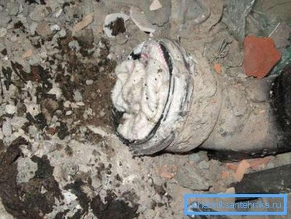 Чтобы в канализационное отверстие не попадал мусор, на время ремонта его следует забить ветошью.