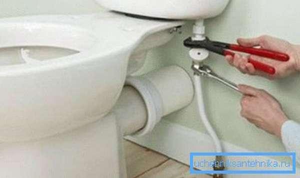 Чтобы вода поступала в бачок бесшумно, покупайте емкость с нижней подводкой воды