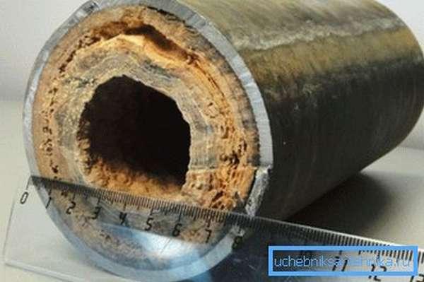 Чтобы вы поняли масштабы проблемы, посмотрите на трубу отопления, которая много лет функционировала на обычной воде
