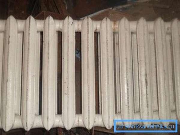 Чугунные радиаторы на 12 секций даже вдвоём поднять очень проблематично