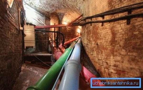 Чугунный водопровод, снабжающий водой нижние фонтаны Петергофа.
