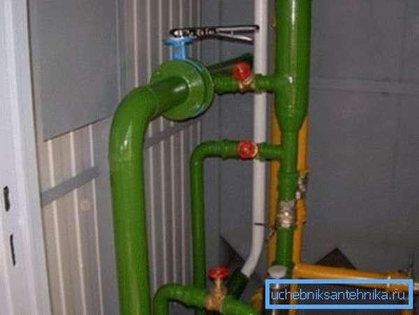 Даже на бытовом уровне окраска позволяет сразу отличить нейтральные жидкости от газа.