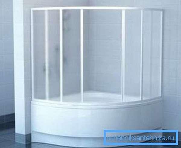 Даже на угловые или фигурные ванны можно подобрать такую защиту, особенно если оба изделия выпускает одна компания