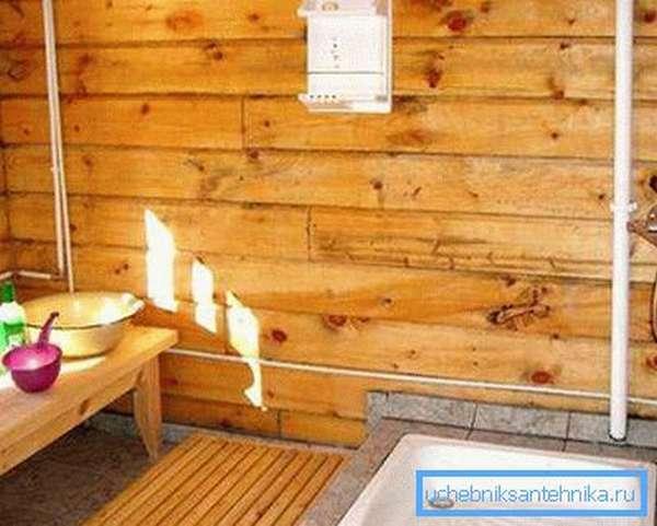 Даже в доме из дерева можно сделать удобную и практичную душевую