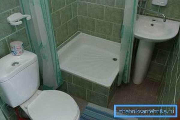 Даже в небольшом помещении можно установить все необходимые сантехнические узлы