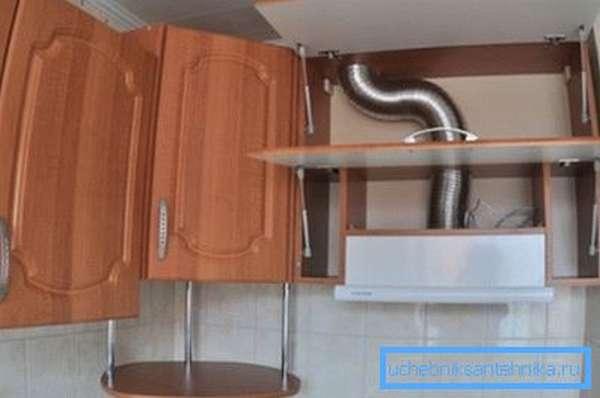 Декорирование труб в шкафу.