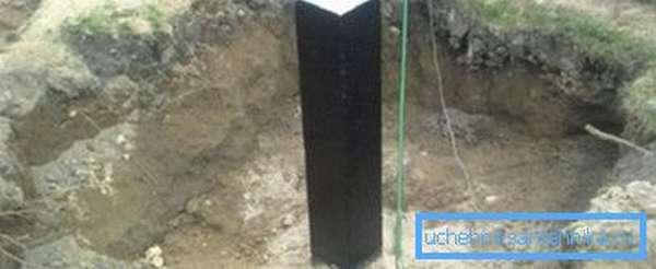 Делаем гидроизоляцию битумной мастикой.