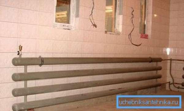 Делая водяное отопление гаража своими руками, можно использовать радиаторы и регистры