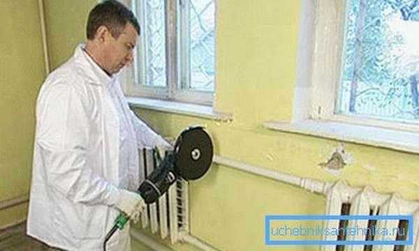 Демонтаж старого радиатора отопления с помощью «болгарки»