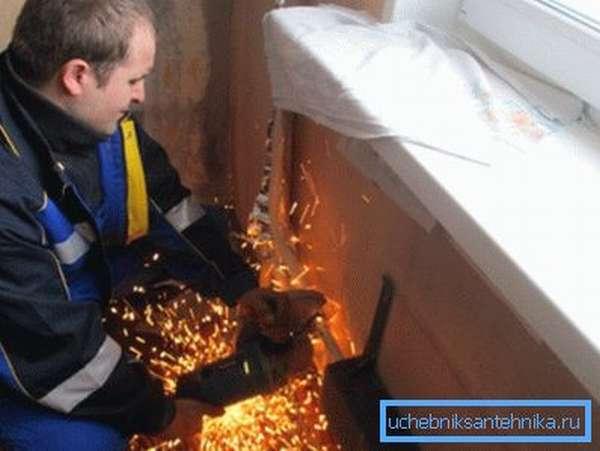 Демонтаж старого радиатора при помощи «болгарки»