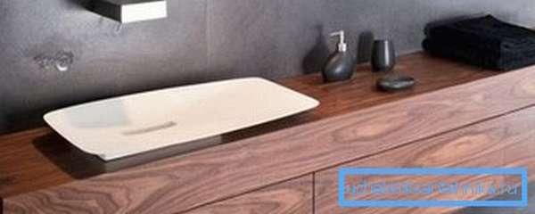 Дерево в ванной надо тщательно защитить от влаги.