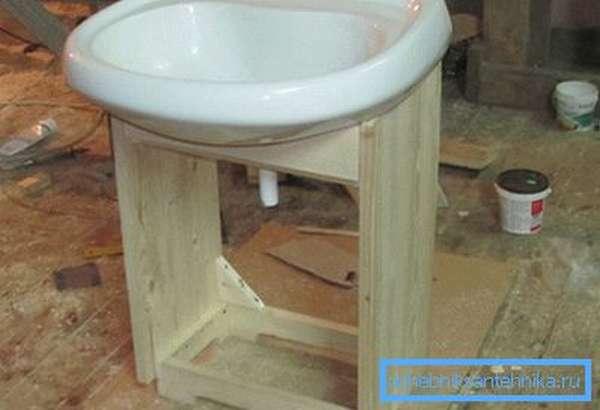 Деревянные конструкции имеют большую стоимость и требуют последующей обработки, но при этом они обладают высокой прочностью и хорошим внешним видом