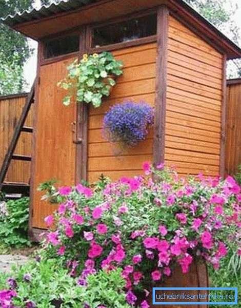 Деревянный дачный душ.