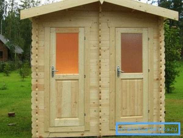 Деревянный душ-туалет для дачи потребует большего помещения.