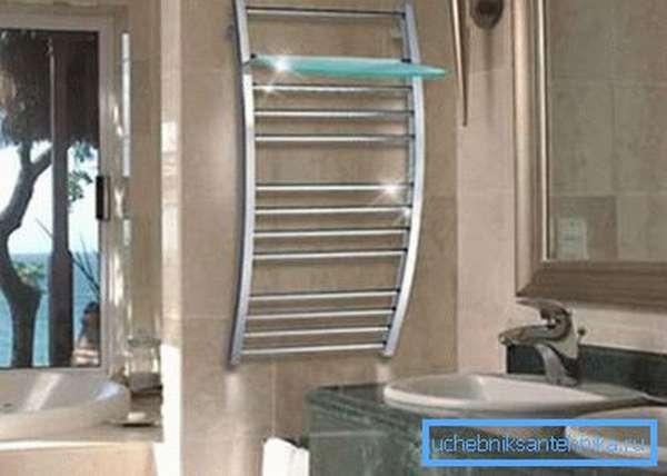 Держатели полотенец различаются формой и размерами, а также возможностью установки полочек для ванных принадлежностей